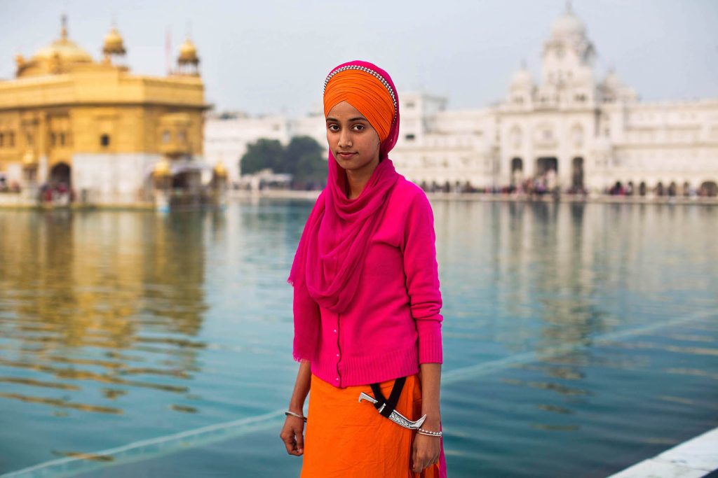 Szikh nő az amritszári Aranytemplom előtt