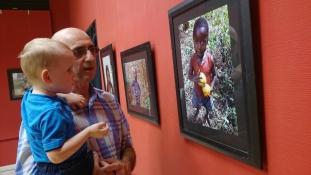 """""""Add ide az ajándékom, doktor!"""" – Fotókiállítás Afrikáról Újpesten"""