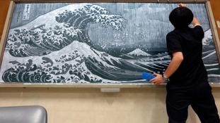 Így alkot csodát a táblára a japán tanár