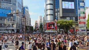 Japánban megreformálnák a munkajogot – túl sokan halnak meg a túlórák miatt