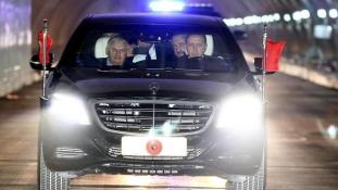 Erdogan átvitte a miniszterelnökét a tenger alatt