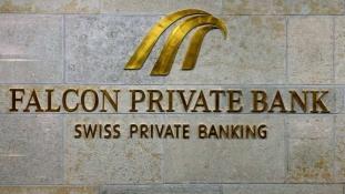 A miniszterelnök nem bukott bele a pénzmosási botrányba, de a bankot bezárták