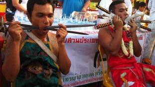 Brutális rituálék folynak a napokban Délkelet-Ázsiában