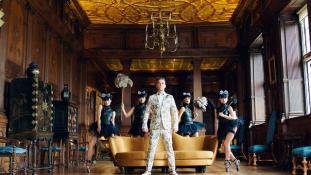 Bulizz, mint egy orosz: Robbie Williams megmagyarázta legújabb klipjét