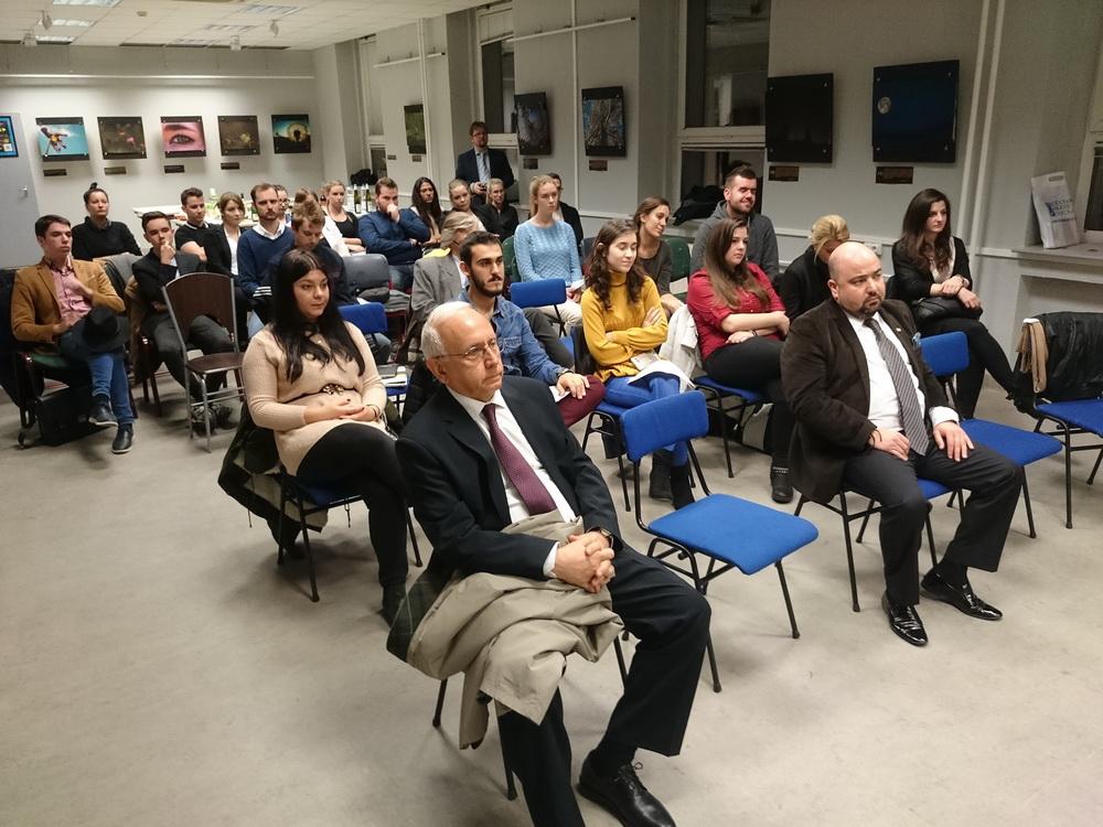 A közönség - a kép bal szélén Sakir Fakili, Törökország budapesti nagykövete.