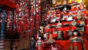 Harc a filmstúdióval: nem horrorfilmbe valók a japán babák!