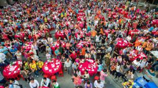 Gigalakomával ünnepelték 15 ezren, hogy összeköltöznek