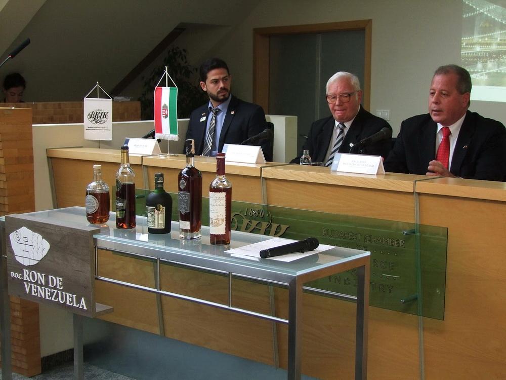 Jobbról Raul Jose Betancourt Seeland nagykövet, mellette Bethlen József.