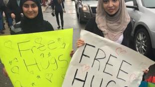 Hiába kínáltak ingyen ölelést a muszlim lányok Trump híveinek