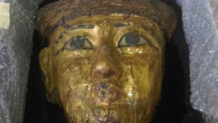 Arany múmiamaszkot ajándékozott Egyiptomnak Franciaországból egy férfi