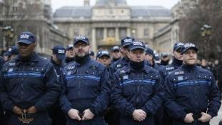 Éjszakai rendőrtüntetés a Champs Élysées-n – videó