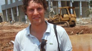 Hiába a golyóálló mellény – orvlövész végzett egy holland újságíróval Líbiában