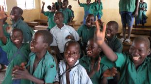 Bezárják Zuckerberg és Bill Gates iskoláit Ugandában