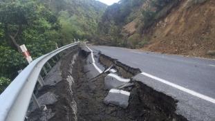 Több tucat utórengés követi a szörnyű földrengést a Tűzgyűrűn