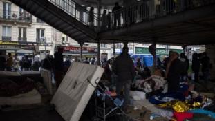 Elmaradt az újabb sztálingrádi csata – megszűnt Párizs legnagyobb migránstábora – videó