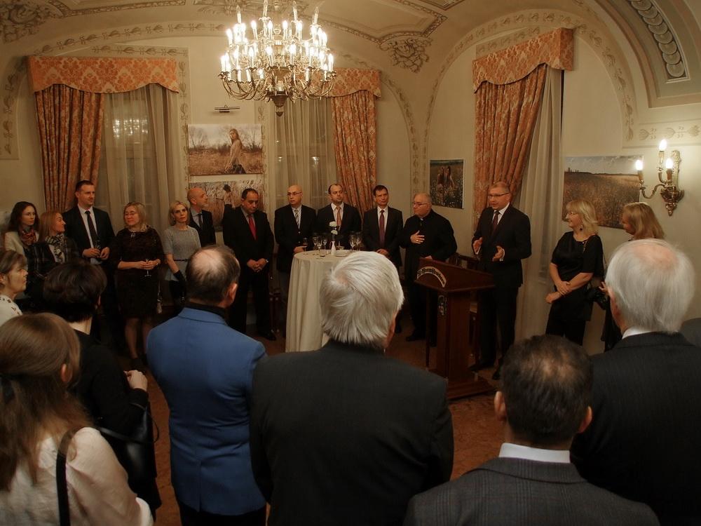 Belarusz budapesti nagykövete, Alekszandr Hajnovszkij megnyitja a kiállítást a St. George Residence Hotelben