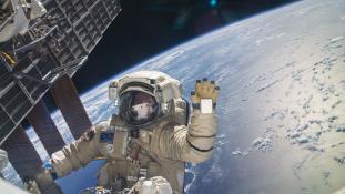 Szívás a szilveszter az űrben – még a gyerekpezsgő is tilos