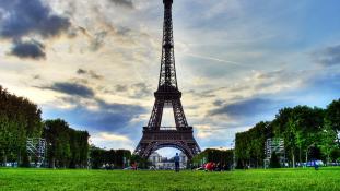 Több mint félmillió euró az Eiffel-torony egy lépcsődarabjáért