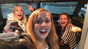 Senki nem élvezte úgy a karácsonyi repülést, mint ez a három nő