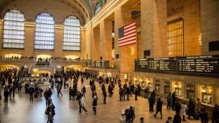 Terrorista felkiáltással lelöktek egy nőt a Grand Central lépcsőjéről