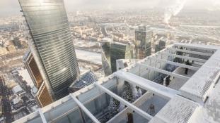 Jégpálya a felhőkarcoló tetején, 354 méter magasban – videó