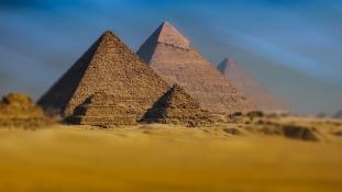 Bombarobbanás a piramisokhoz vezető úton – videó