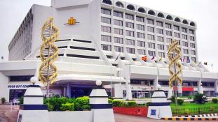 Lepedőkön menekültek a menő hotelből – több mint 10 halottja van a karacsi szállodatűznek