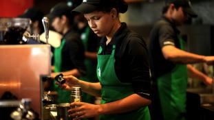 10.000 menekültet alkalmazna a Starbucks