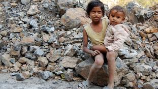 200 gyereket dolgoztattak illegálisan egy indiai téglaégetőben