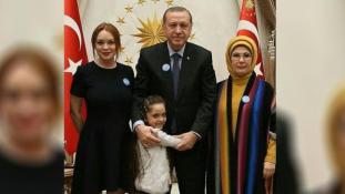 A török elnökkel és a szíriai blogger kislánnyal találkozott Lindsay Lohan