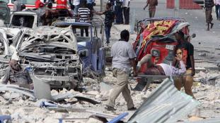 Öngyilkos robbantás és golyózápor egy szomáliai szállodában