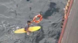 Egy éjszakát töltött a szörfdeszkáján a tengeren, mielőtt kimentették