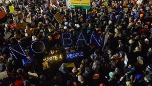 Megakadályozta egy szövetségi bíró a Trump-rendelet után amerikai reptereken őrizetbe vettek deportálását