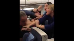 Közelharc a repülőn – videó
