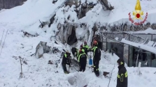 Túlélőket találtak a lavina alatt az olasz hotelben – helikopterre várnak