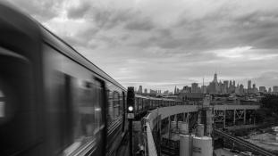 Fel kell újítani az USA infrastruktúráját – New Yorkban kisiklott egy vonat (videó)