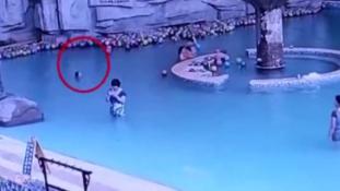 Amíg az anyuka a telefonján játszott, a medencébe fulladt mellette a 4 éves kisfia – videó