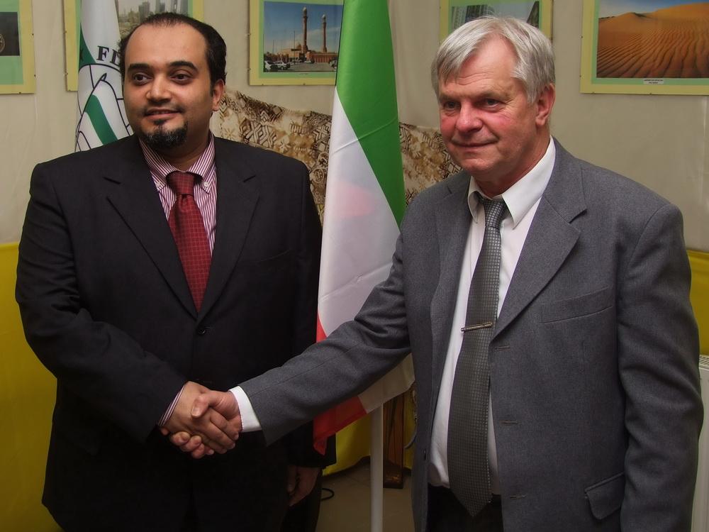 Yusof Altaneeb, a kuvaiti nagykövetség első titkára és Balogh László, a Zászlómúzeum igazgatója.
