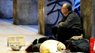 Ingyen mossa a hajléktalanok ruháját egy tisztító