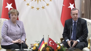 Erdogan kiosztotta Merkelt a közös sajtótájékoztatón
