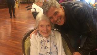 Meglepetés! George Clooney személyesen köszöntötte 87 éves rajongóját