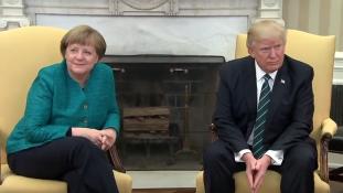 Donald Trump nem fogott kezet Angela Merkellel – videó