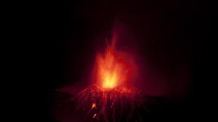 Tíz ember sérült meg az Etnából feltörő lávától – video