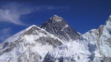 Hegymászók tisztítják meg a szeméttől az Everestet