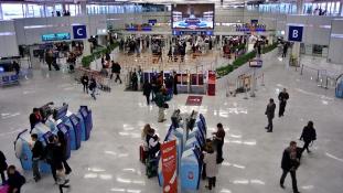 Lövöldözés a párizsi repülőtéren: kiürítették az Orlyt
