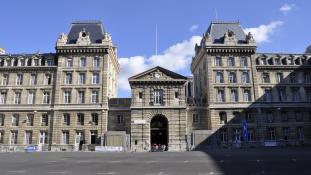 Bíróság előtt a rendőrtiszt, aki 50 kiló kokaint lopott el a párizsi rendőrkapitányságról