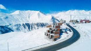 Konténerből szálloda: elképesztően kreatív hotel épült a Kaukázus hegyei között, Grúziában