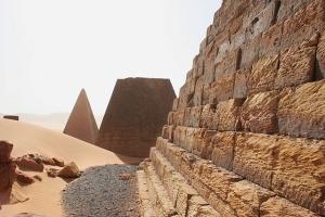 640px-pyramids_at_meroe_-_sudan_03