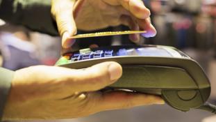 Kié a kár, ha az ellopott bankkártyával még hónapokig fizetnek a tolvajok?