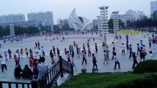 Fenyegetik-e a közrendet a tereken táncoló nagyik? – videó